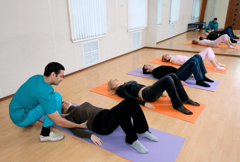 Пациенты выполняют гимнастическое упражнение