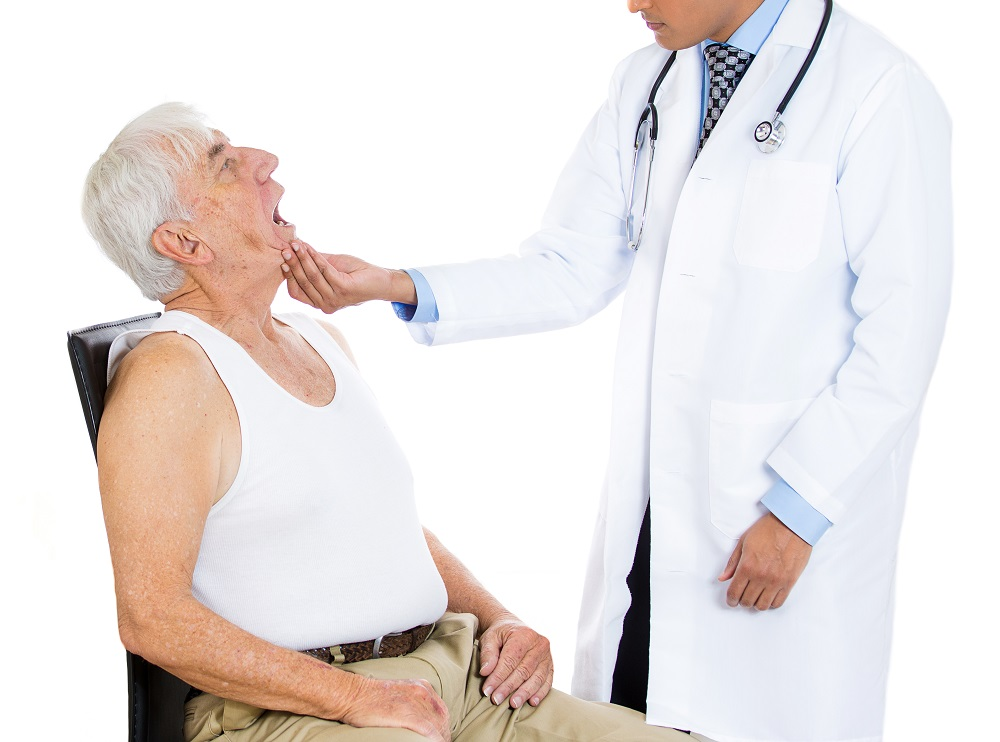 Врач осматривает язык пациента