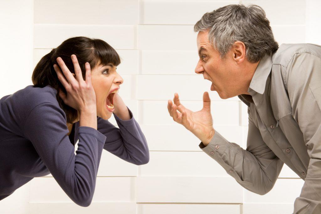 Мужчина и женщина кричат друг на друга