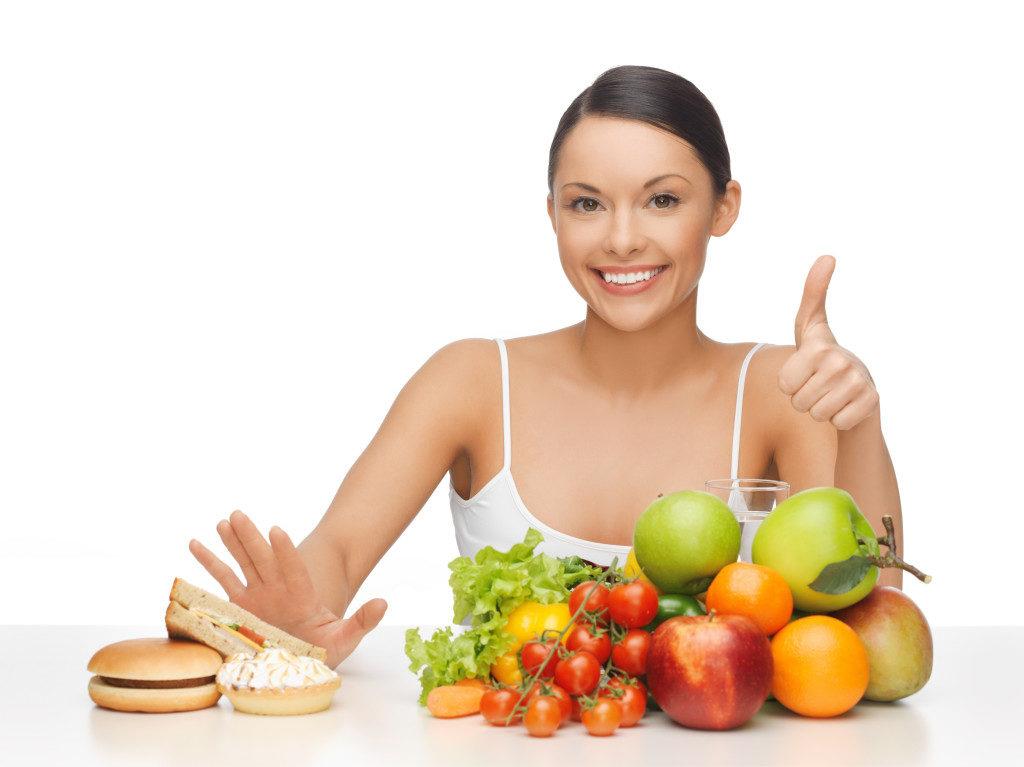 Женщина выбирает правильное питание