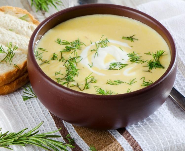 Крем-суп в керамической тарелке