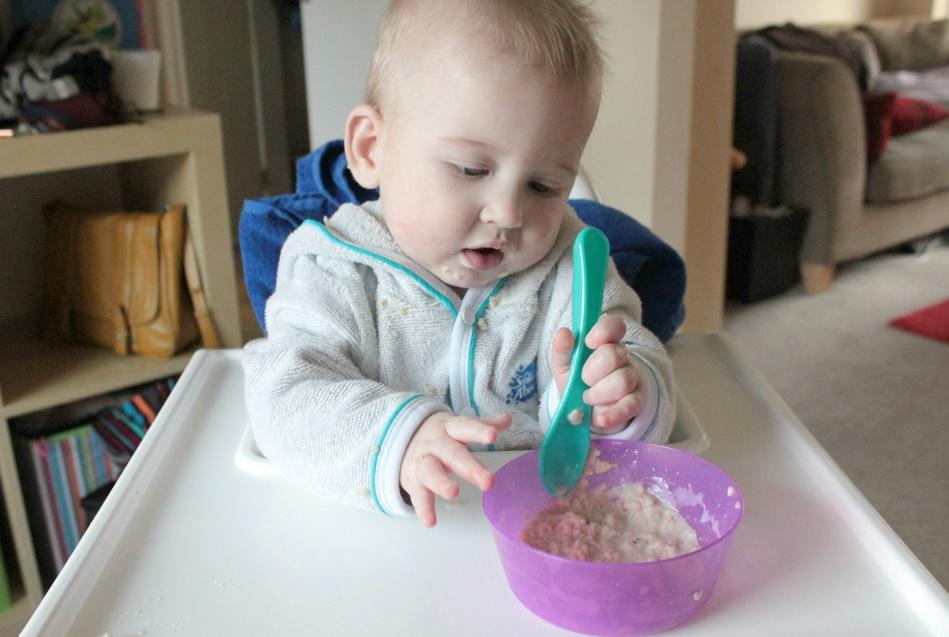 Ребёнок ест овсяную кашу
