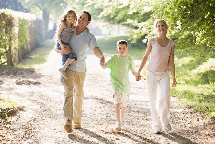 Прогулка семьи на свежем воздухе